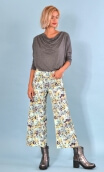 Pantalon Gus Picpus , printed trousers, wide and a little short, stretch, flat profile, zip side, patch pockets back and front.