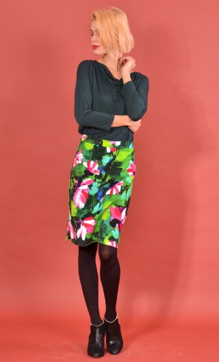 Jupe Odette in Crazy Bloom Green, printed skirt velvet, tapered, knee length, rounded slits sides.