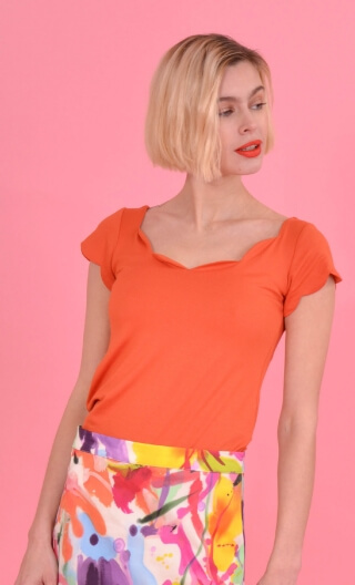 Top Vénus Basic Raffinés Orange, Plain, fitted top, scalloped neckline and small sleeves.