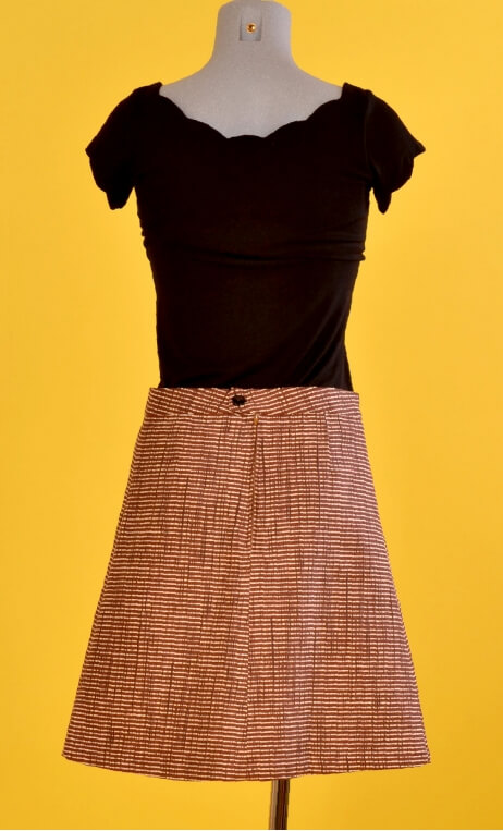 Jupe Swan Natté brown, A-line skirt just above the knee, zipped at the back.