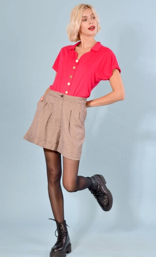 Short Gavroche Very British, Wide plain shorts with turn-ups, box pleats under the waistband and slant pockets.