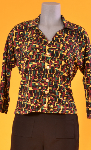 Top Hermione Fox Trot, Printed crepe top, faux-buttoned, loose, small collar and 3/4 sleeve.