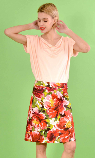 Jupe Swan Pivoines rouge, A-line printed skirt just above the knee, zipped at the back.