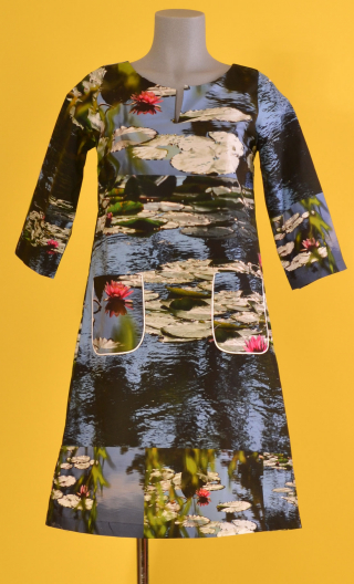 Robe Colette Nymphéas, Slightly trapeze dress, printed cotton, with sleeves, boat neckline with slit, knee length.