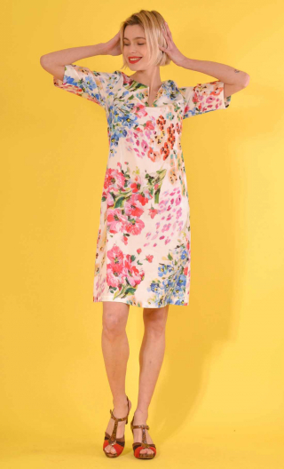 Robe Chloé in print Les Jardins de la Reine, trapeze, sleeves, boat neckline with slit, knee length.