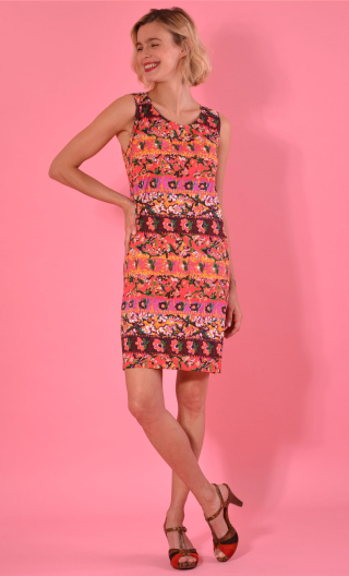 Dress Only you in print Bayadère rouge, Short, three-hole, round neckline and small shoulder width.